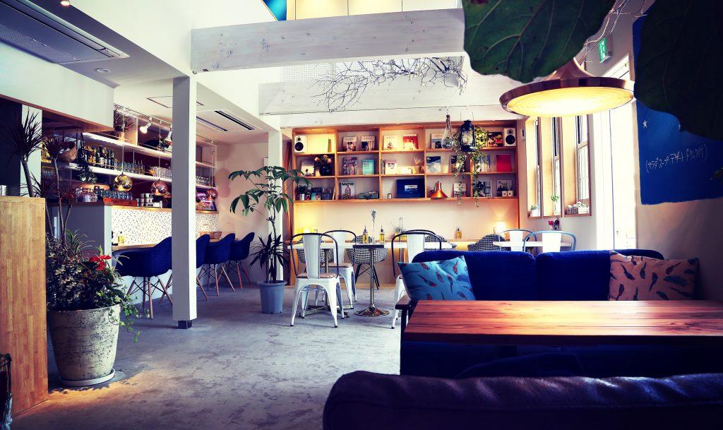 大きな吹き抜けのあるカフェ